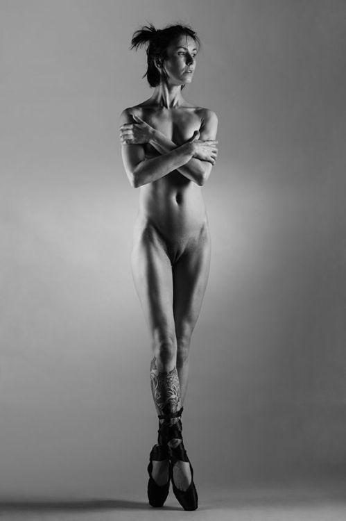 smotret-goluyu-balerinu