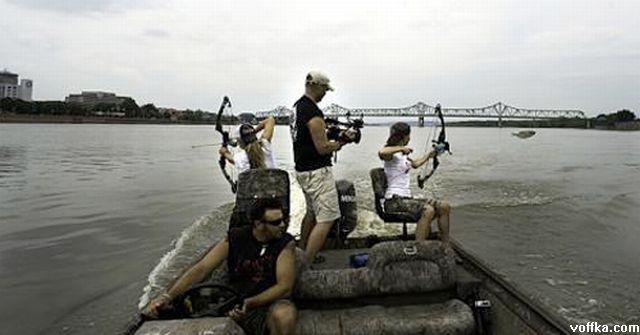 Каждый год, в американской реке Иллинойс, местные жители охотятся на выпрыгивающего из воды азиатского карпа.